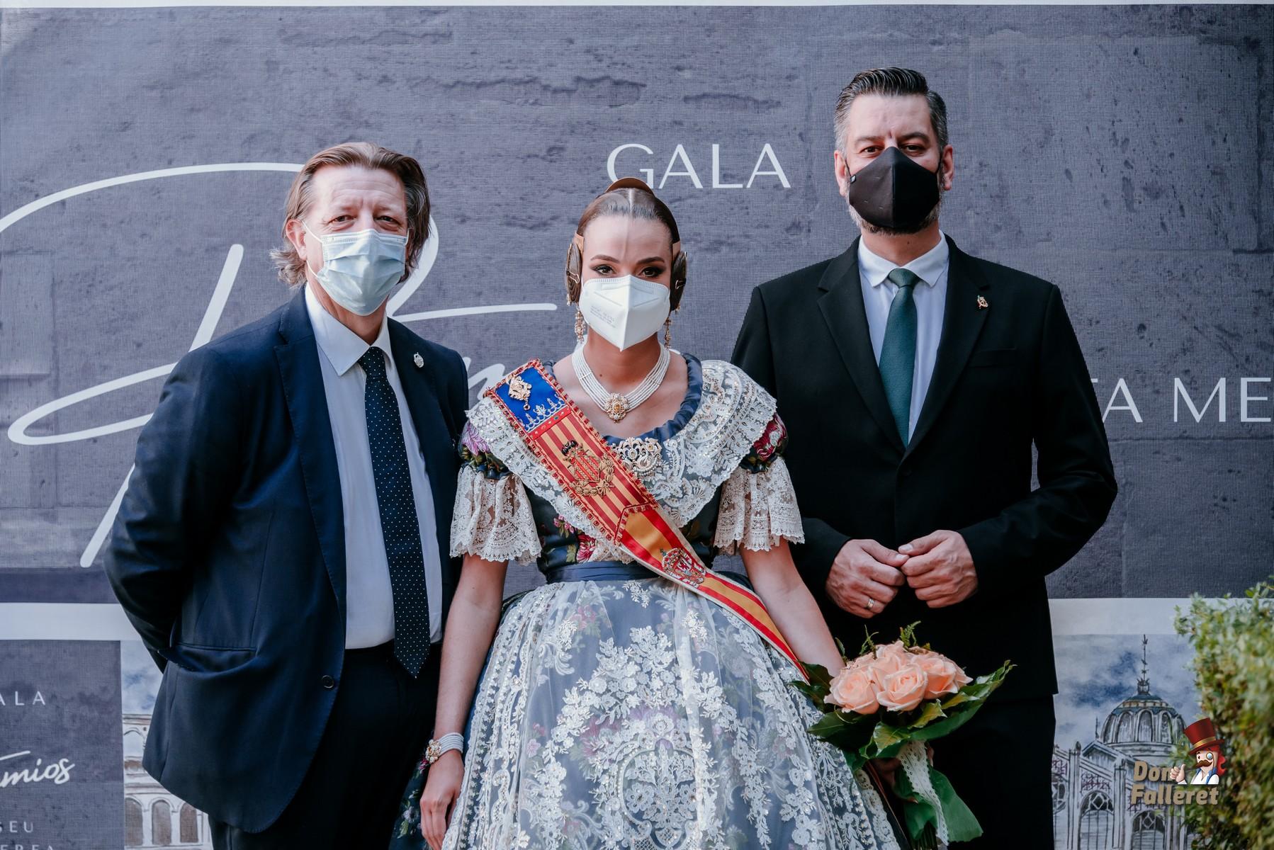 Consuelo Llobell, Fallera Mayor de València junto al Presidente de la Agrupación de Fallas La Seu-Xerea-Mercat y al Presidente de Junta Central Fallera, Carlos Galiana. Foto: Fran Adlert/Don Falleret