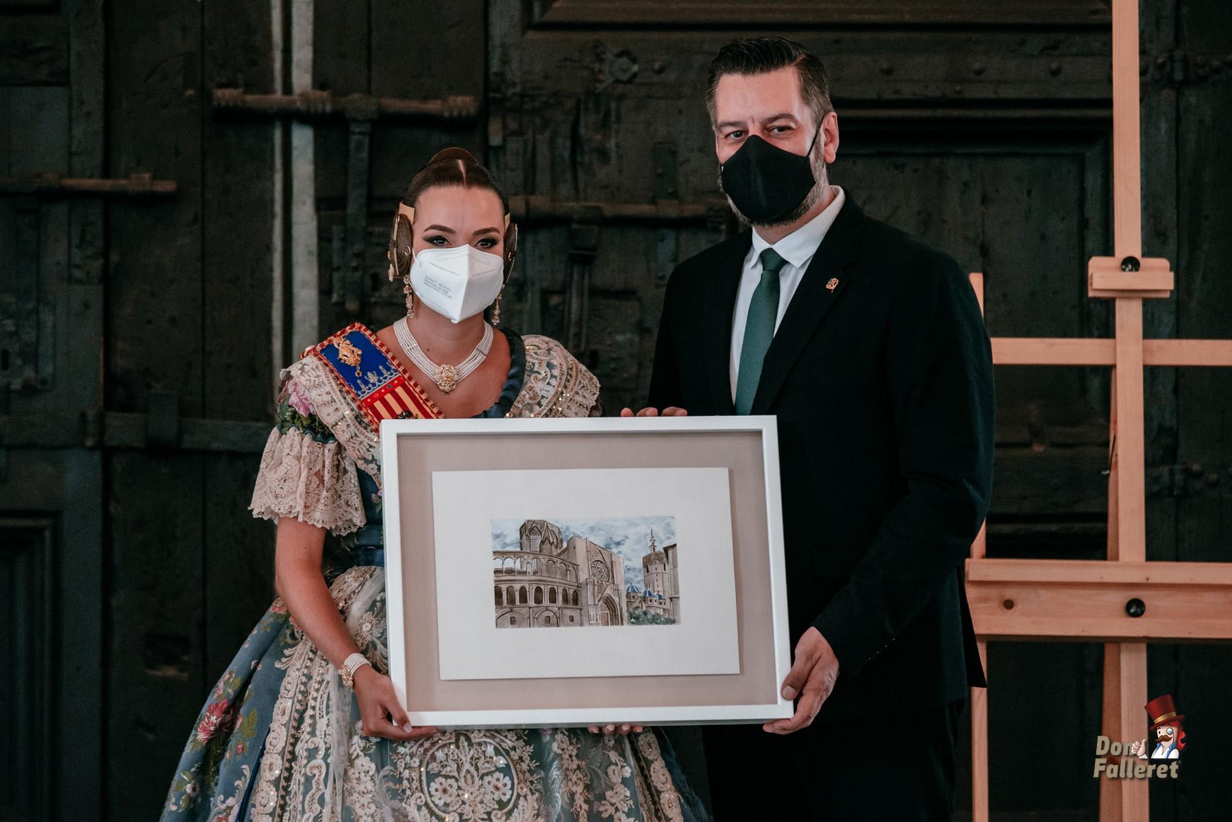 Carlos Galiana, Presidente de Junta Central Fallera, hizo entrega del Premio La Seu a Consuelo LLobell. Foto: Fran Adlert/Don Falleret