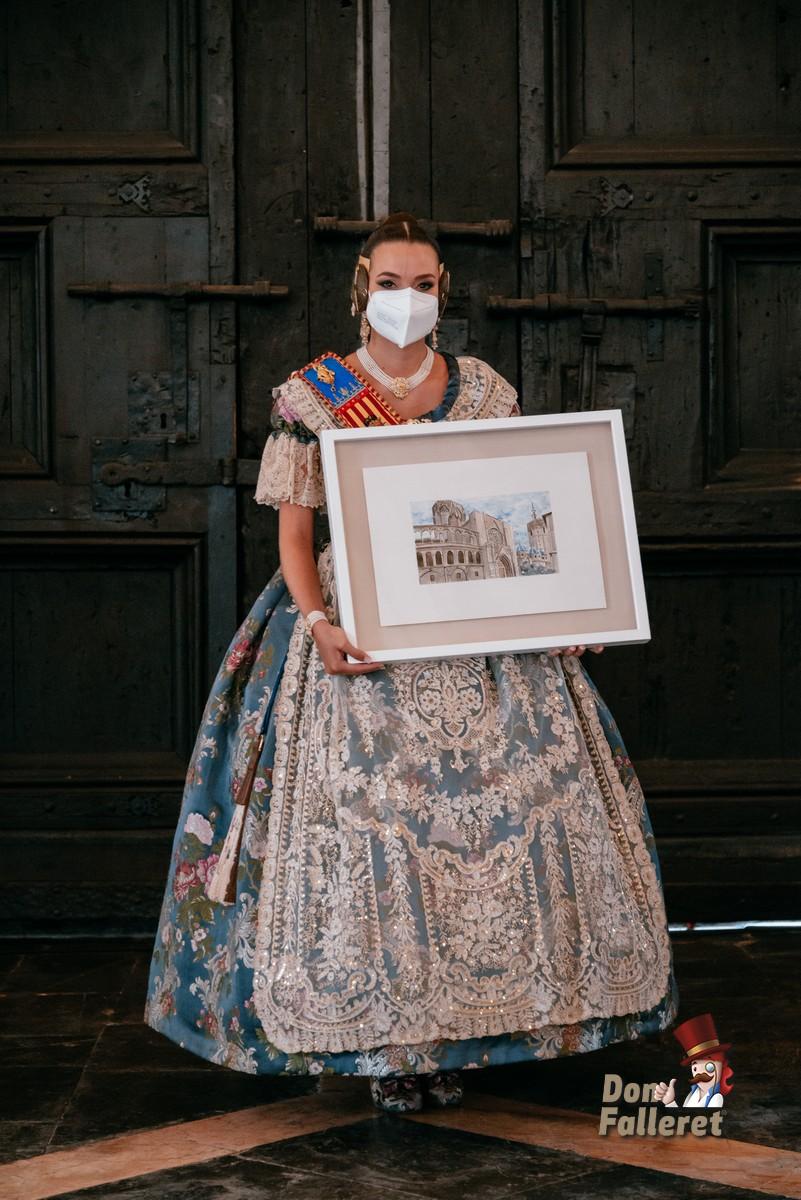 Consuelo Llobell, Fallera Mayor de València, con el Premio La Seu en sus manos Foto: Fran Adlert/Don Falleret