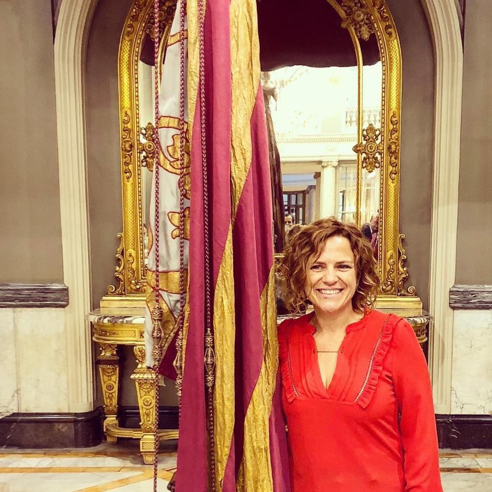 Foto de Pilar Bernabé junto a la Reial Senyera