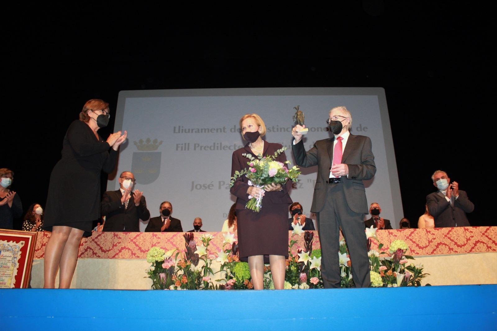 Momento de la entrega del título de Hijo Predilecto de la ciudad a Pepet